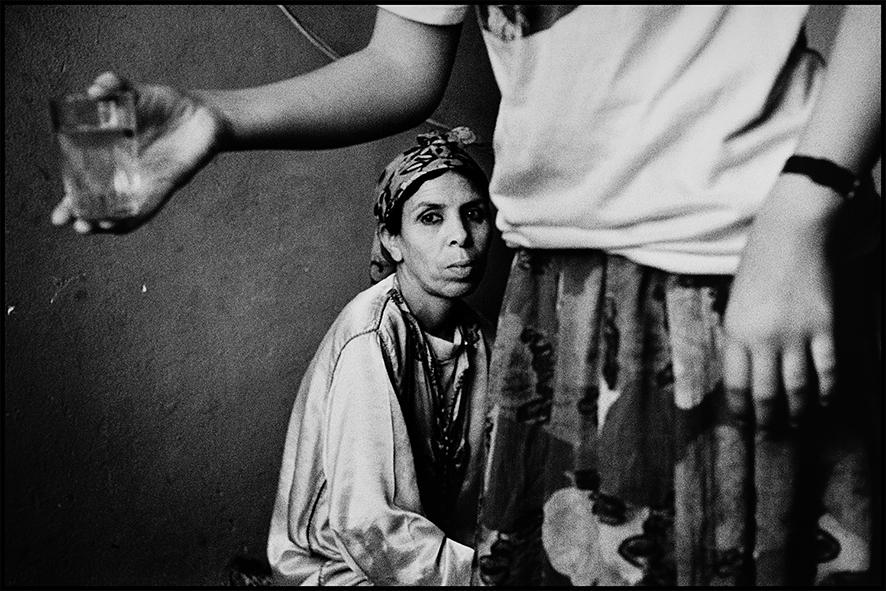 La famille de Kadour, gardien du souk des menuisiers, place Nejjarine, Fès 1998