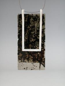 "Astrid Meyer, pendentif ""mica noir"","