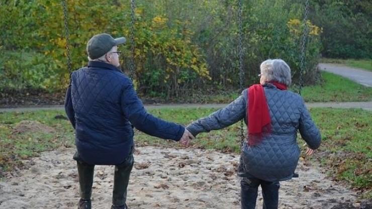 Dúas persoas maiores e xubiladas tentan disfrutar da súa vellez