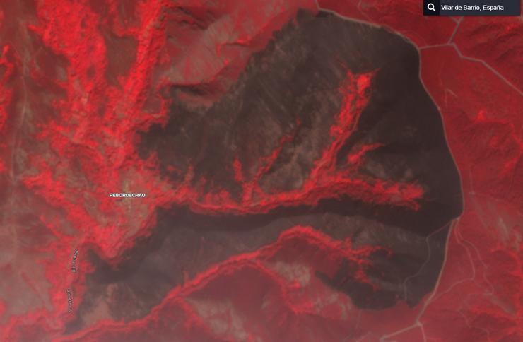 Imaxe de satélite dos efectos do incendio que calcinou a parroquia de Rebordechao (Vilar de Barrio), na Serra de San Mamede, lugar de nacemento do río Arnoia. En negro os lugares queimados e en vermello os lugares afectados polas altas temperaturas