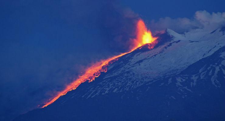 Etna: 'non più chiuso per cenere' l'aeroporto di Catania. Ma ancora disagi