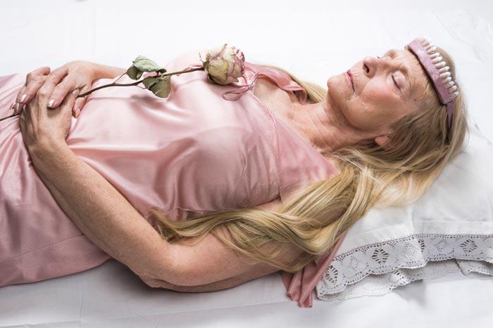 Maria Nuutinen: 13.Ruusun uni II, pigmenttivedos alumiinikomposiittilevyllä, 50 x 75 cm, 2019