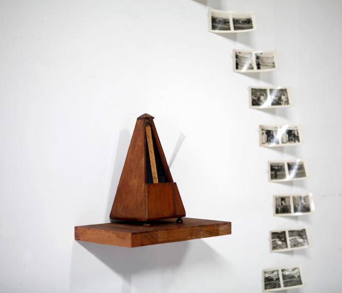 Adolfo Vera: Nimetön [sotilaat alalla], 2019, Valokuvia ja metronomi, 160x160x15