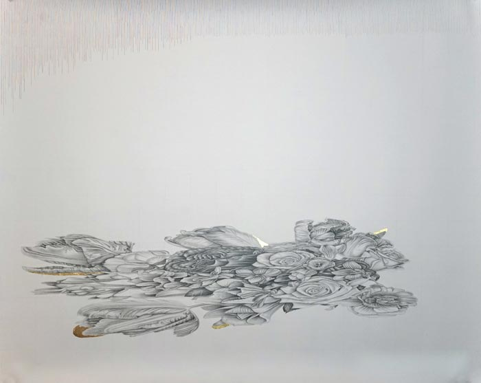 Henni Kitti: Anamorfiset kukat; lyijykynä, värikynä ja kulta paperille; 150 x 120 cm; 2018