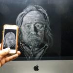 """Kalle Turakka Purhonen: """"Pörmy"""" (2020)kaiverrus iPhonen ruudulle, 13 x 6 x 1 cm; ja """"Omakuva"""" (2020)kaiverrus iMacin ruudulle, 44x 48 x 19 cm"""