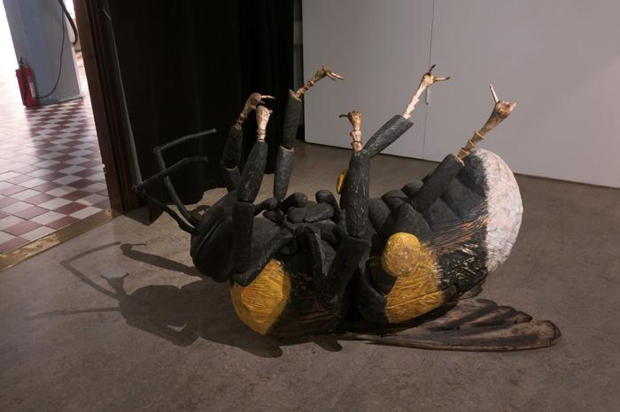 Veikko Björk: Kimalainen, bombus; puuveistos lehmuksesta, öljyväri