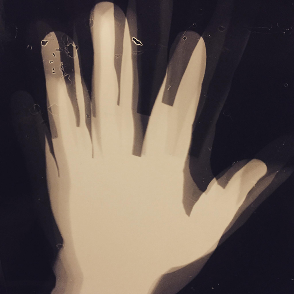 Azar Saiyar: Historia valuu kynsien alta / History bleeds under your fingernails