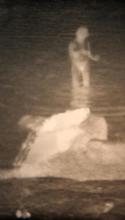 Minna Suoniemi: still-kuva videoteoksesta Witching, 2009-2019, itse kehitetty super 8 -filmi videolla, musiikki Valto Ala-Maunus