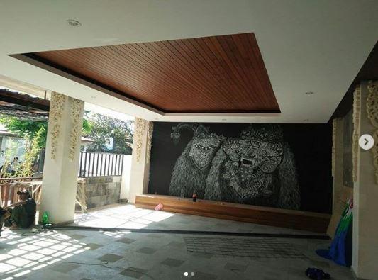 memasang plafon kayu lumber ceiling