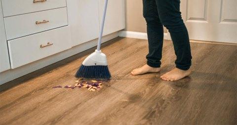 rutin menyapu lantai kayu