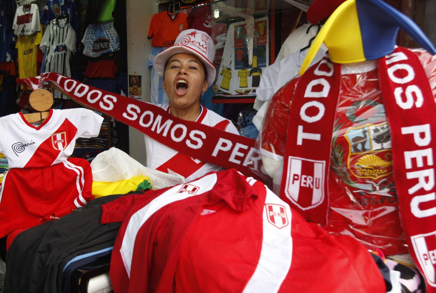 Camisetas de la selección peruana se elevan en Gamarra a pocos días del partido de Perú vs Colombia