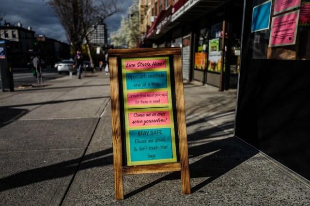 Stay safe: cartello in strada di Brooklyn
