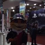 O mascote da Game Insight tirou muitas fotos com os transeuntes