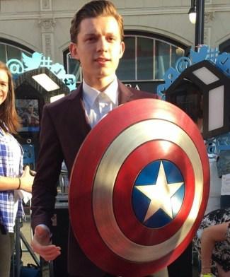 Tom Holland durante a premiere mundial de Capitão América: Guerra Civil (Via: divulgação)