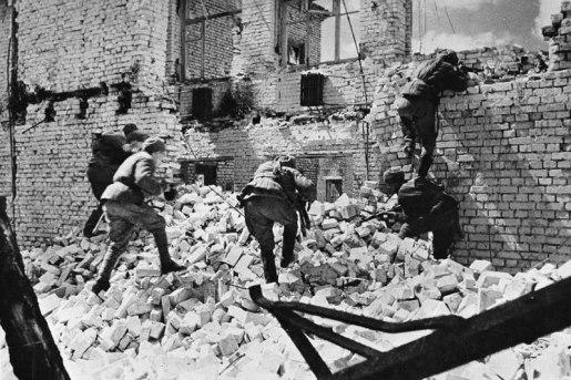 Sovieticos no intenso combate nas Ruinas de Stalingrado.