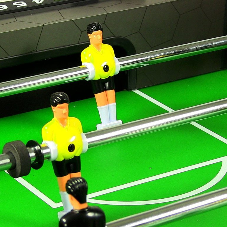 Single goalkeeper on Sunnydaze foosball table