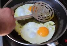 Tre trucchi infallibili per evitare gli schizzi d'olio quando si fanno le uova fritte