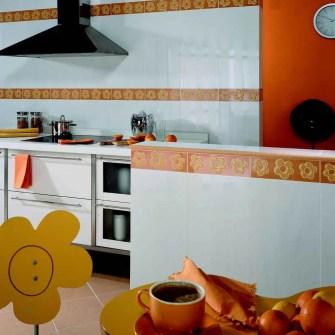 Cocina con azulejos blancos y azulejos con flores anaranjadas.