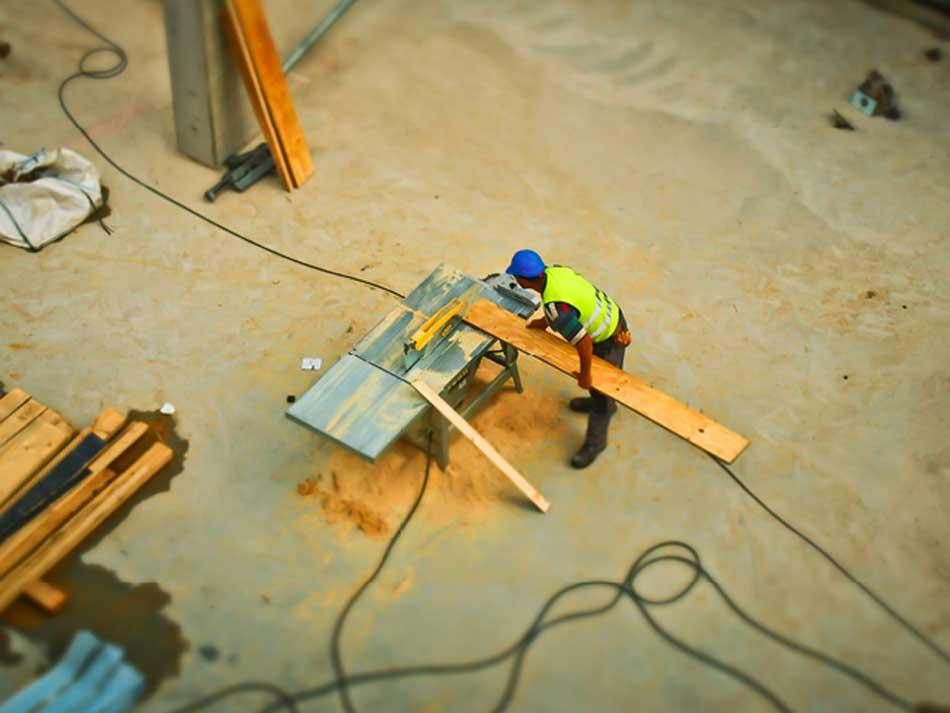 Obrero en una obra con calzado de protección laboral adecuado para sus tareas.