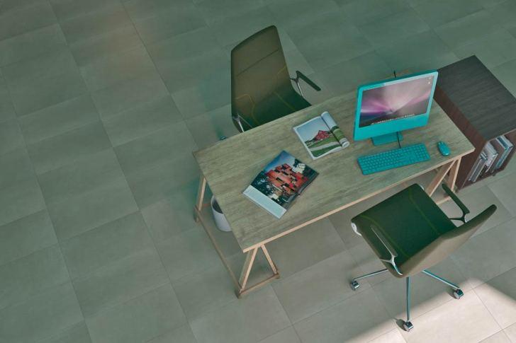 Cerámica en despacho con plano zenital de la mesa de trabajo con el ordenador encima de la mesa y las sillas.