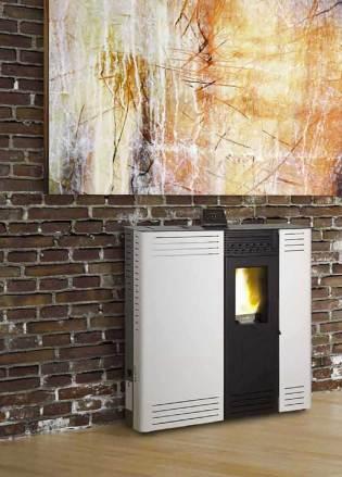 Estufa pellet GENESIS blanca en salón con pared de piedra y un cuadro en tonos amarillos.