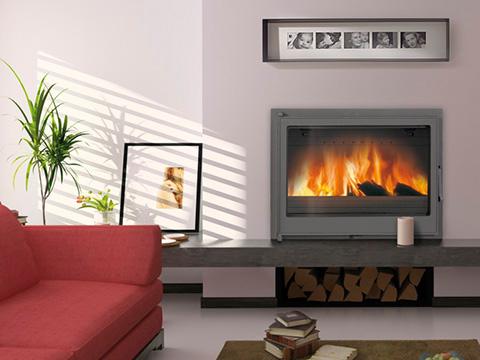 Chimenea en casa donde aparece una chimenea insertada en una pared de un comedor con un sofá rojo.