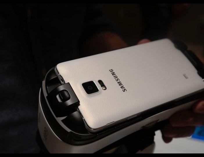 Samsung Gear VR fissato al Galaxy Note 4