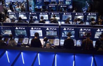 Videogiocatori alle prese con PlayStation 4