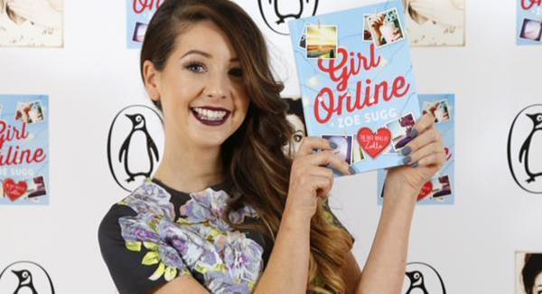 Zoe Sugg (Zoella) con una copia di Girl Online