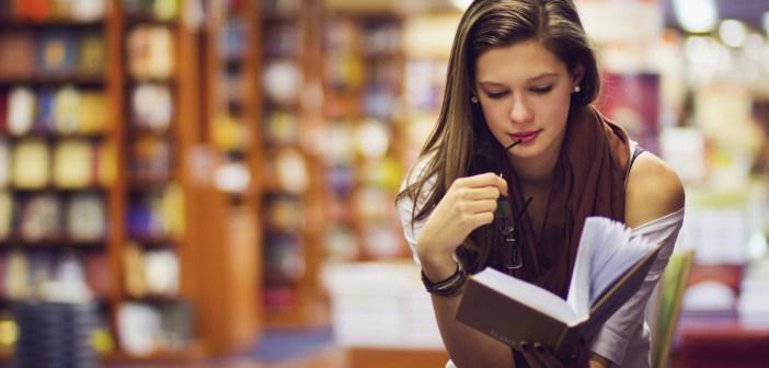 Una ragazza intenta a leggere un libro