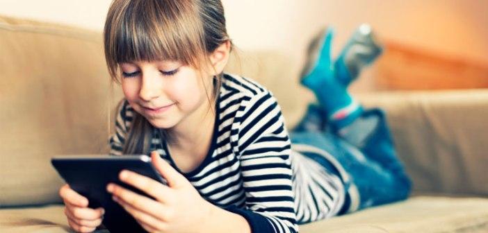 Una teenager che gioco con il proprio tablet