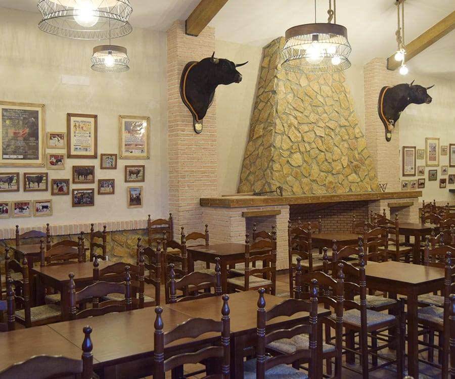Novillos lidiados en El Molar presiden la chimenea del salón de la Ganadería San Isidro