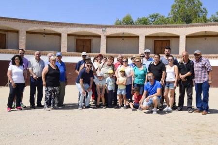 Foto de grupo en nuestra plaza de tientas -Tour experiences in group