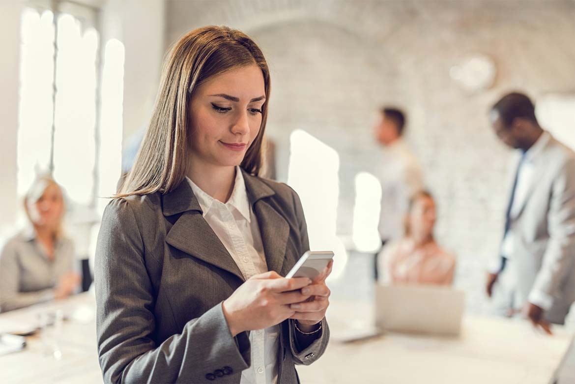 An image of a woman receiving an SMS 40 minutes before her GandT Executive Chauffeur driver arrives