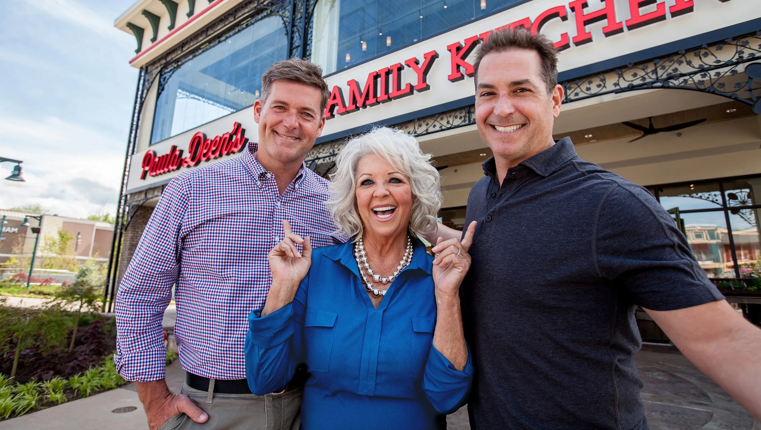 paula deen kitchen beater employees at s family in pigeon forge not fired says spokesman