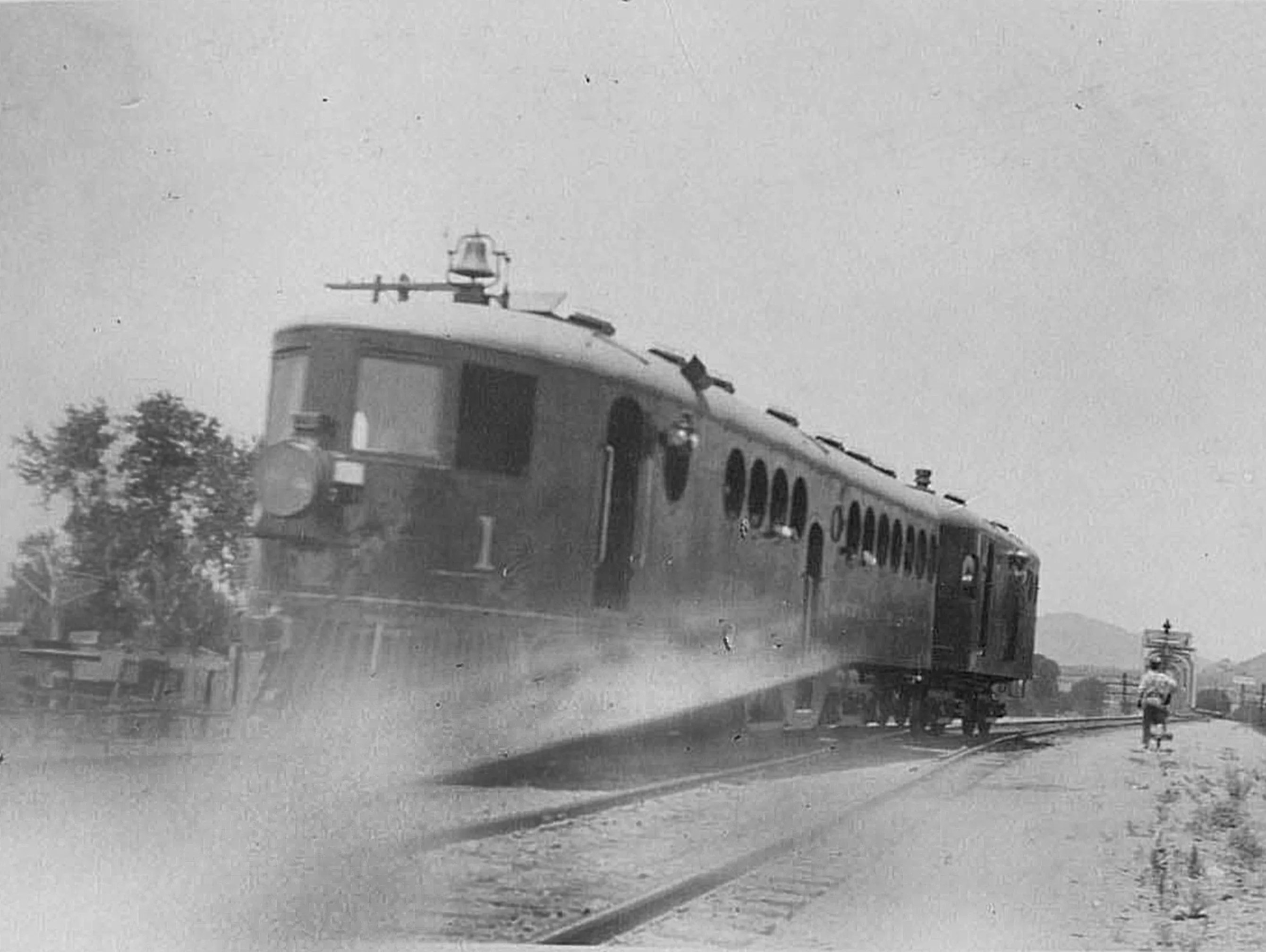 McKeen Motor Cars carried newspapers to Tempe Mesa