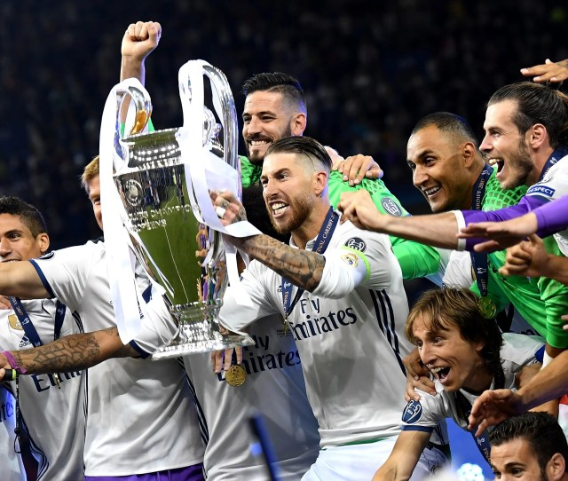 Champions League Final Real Madrid Vs Juventus Real Madrids Sergio Ramos Lifts The Trophy While Celebrating