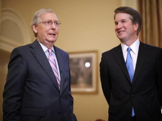 Le chef de la majorité au Sénat, Mitch McConnell, à gauche, fait de brèves remarques avant de rencontrer le juge Brett Kavanaugh, à droite, dans le bureau de McConnell au Capitole américain, à Washington, le 10 juillet 2018.