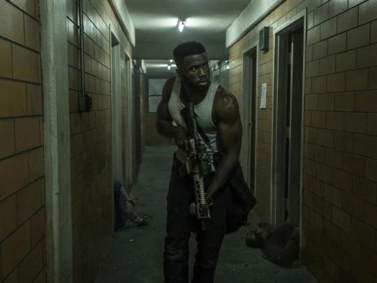 Lokaler Verbrecherboss Dmitri (Y'lan Noel) greift zu den Waffen