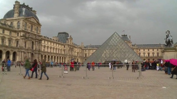 Louvre Closes Over Pickpocket Problem