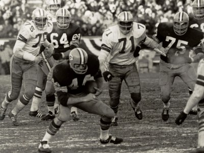 Packers halfback Donny Anderson runs for yardage during the 1967 NFL  Championship Game. Anderson rushed 11e8856b9