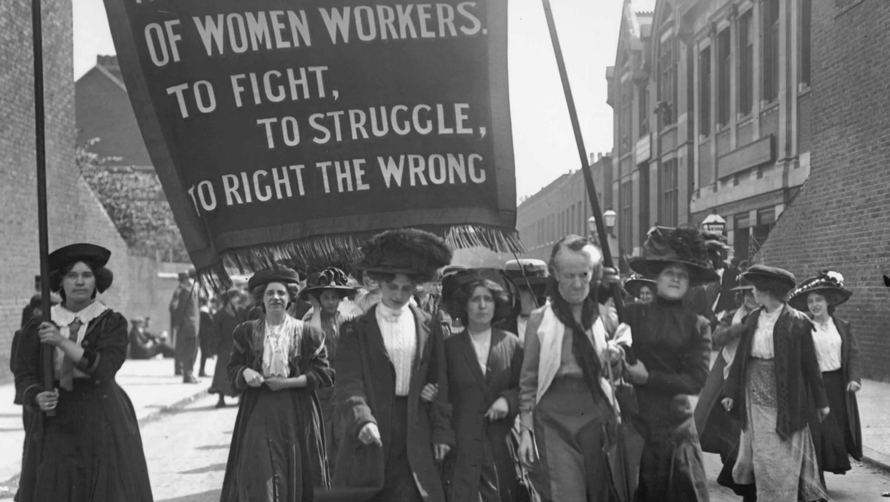Spanning Time Help Re Enact Women S Suffrage Parade Of