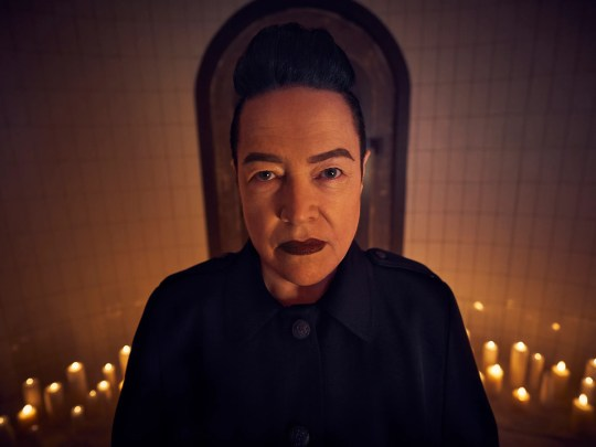 Kathy Bates comme Mme Miriam Mead