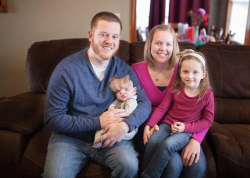 Ein On Angels 'Wings-Fotograf hat dieses Foto von Tom, Jessica, Owen und Ryleigh Masterson aufgenommen, als Owen 6 Monate erreichte.