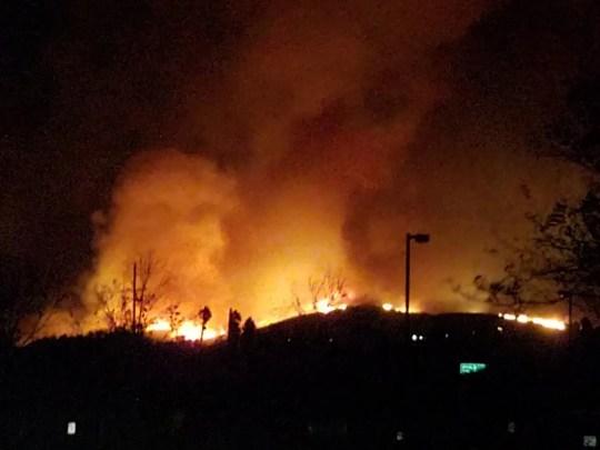 L'incendie de Woolsey a brûlé dans la vallée de Conejo tôt vendredi après avoir déménagé du nord. Cela a commencé dans la zone de l'ancienne usine de Rocketdyne, près de Simi Valley.