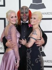 Gabrielle Crahan, a la izquierda, en los premios Grammy en 2014 con su padre, Slipknot's Shawn