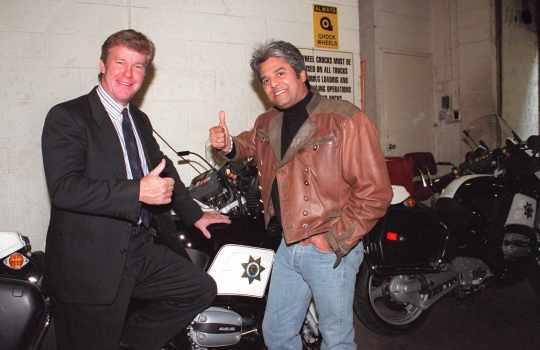 Larry Wilcox (izquierda) y Erik Estrada se reunieron el 20 de octubre de 1998 para un episodio de
