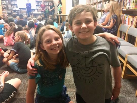 Mia Peterson, de 10 años, e Isabella McCune, de 9, el primer día de quinto grado en la escuela primaria Boulder Creek en Phoenix.