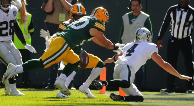Raiders QB Derek Carr regrets fumble on one-handed attempt for TD