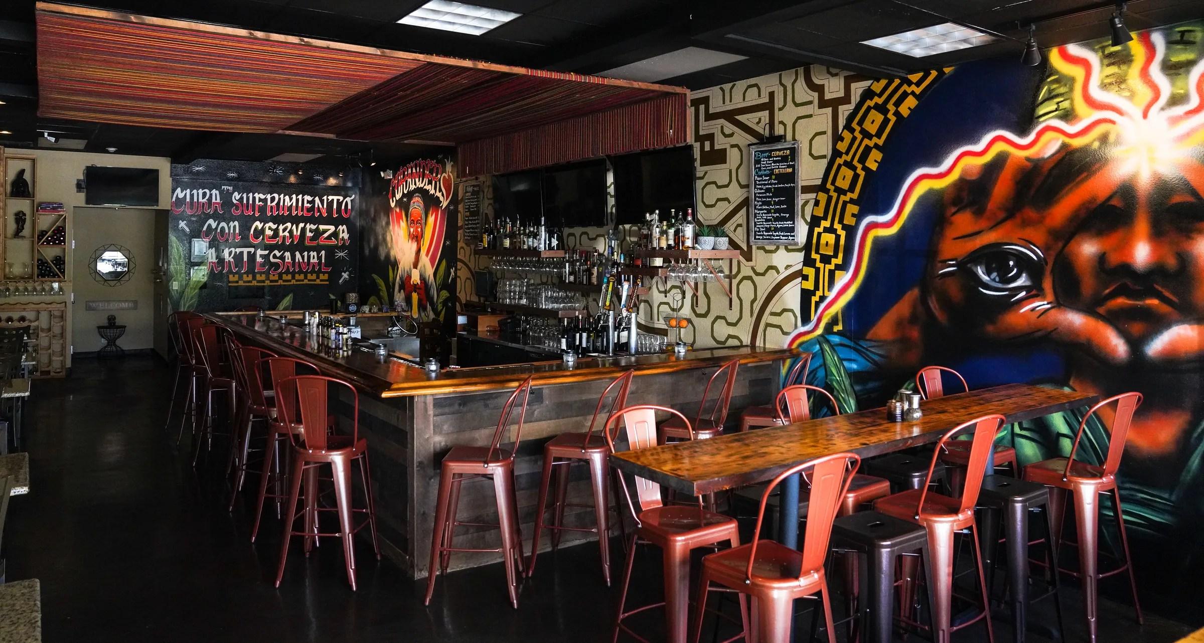 El restaurante peruano Darwin cuenta con dos comedores interiores y asientos al aire libre.